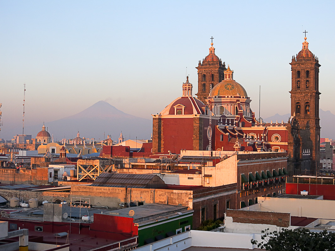 Puebla mit Popocatepetl am Morgen
